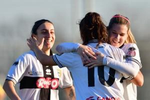 Baccanti festeggiata dopo il gol allo scadere del primo tempo